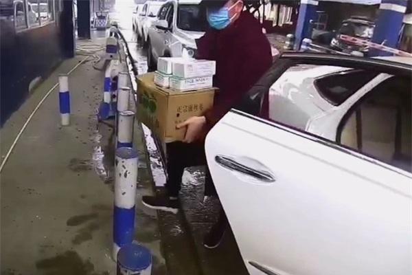 民警(jing)正在(zai)安檢 乘客突然下車 善舉(ju)暖人心
