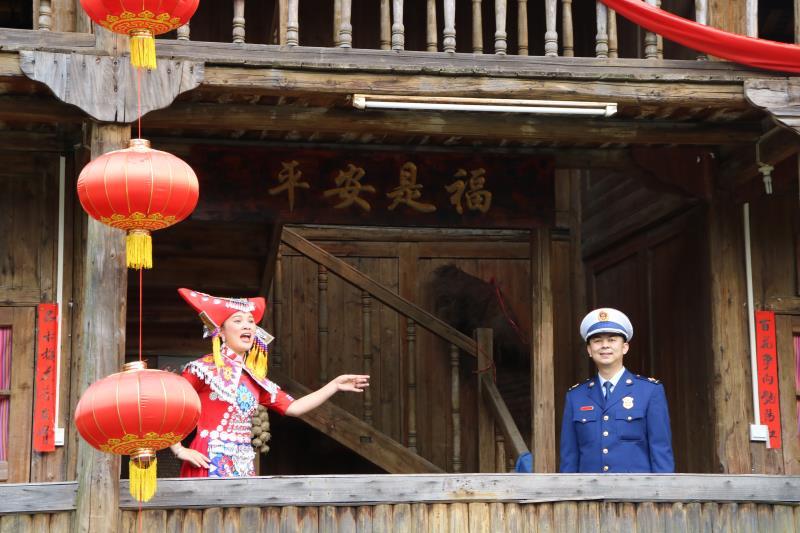 """唱山歌(ge)︰""""劉三(san)姐(jie)""""對上(shang)""""藍朋友"""""""