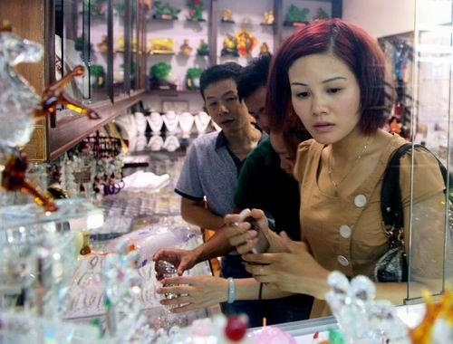 廣西梧州大力發展人工寶石産業帶動12萬人就業