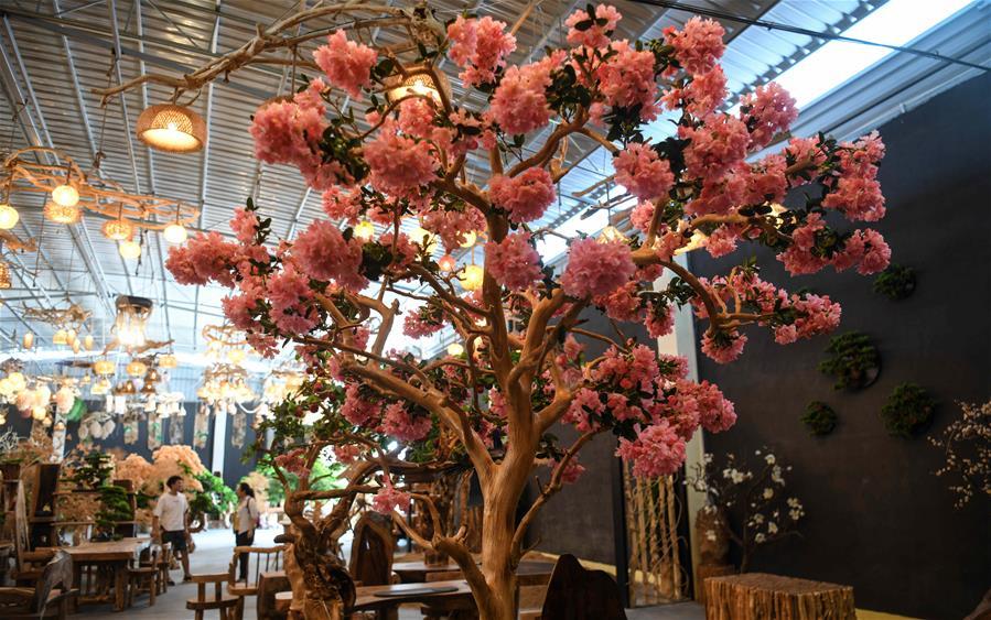 廣西桂林:根雕工藝品助力脫貧增收