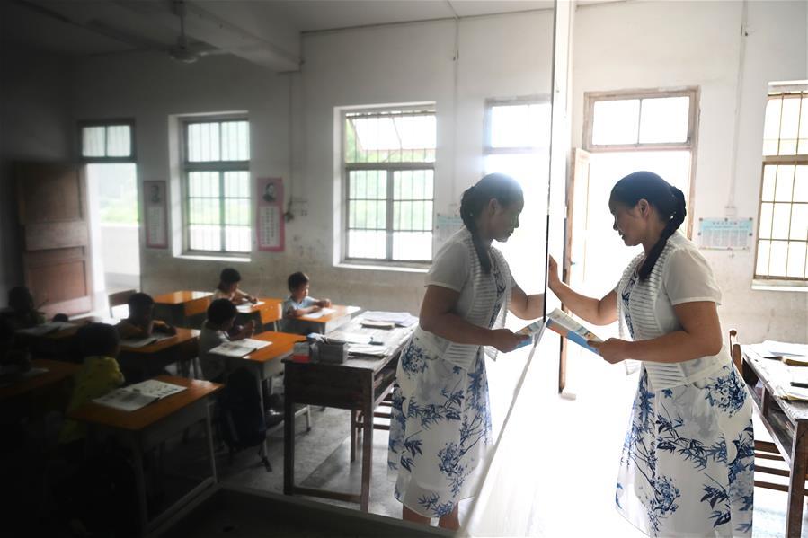 廣西柳州:女教師33年堅守托起村裏娃的求知夢