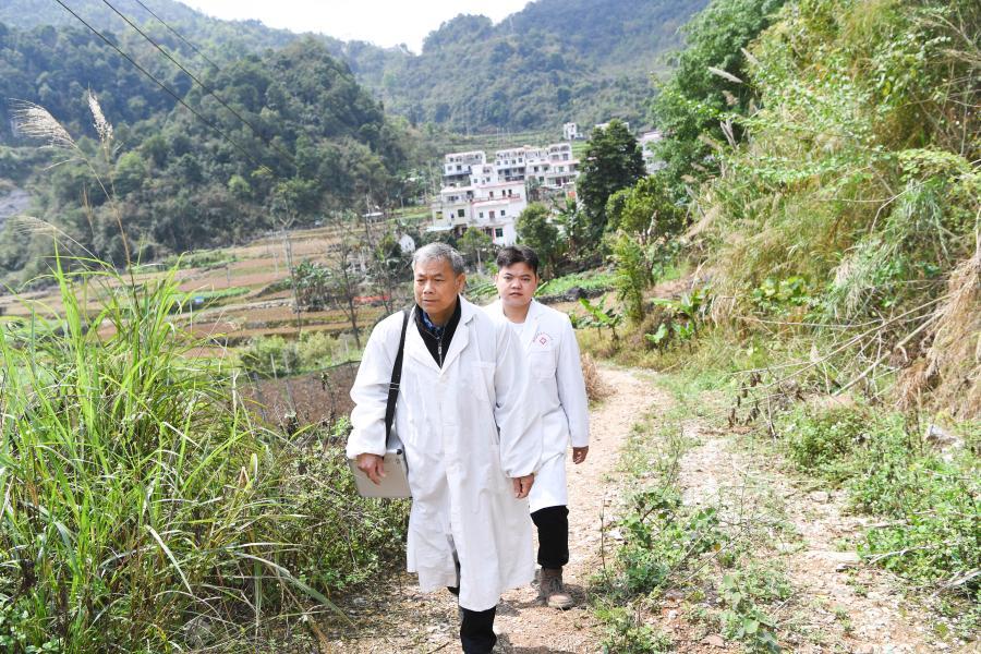 父子村醫攜手守護邊民健康
