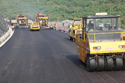 六寨至宜州高速公路項目瀝青路面攤鋪進入最後衝刺階段