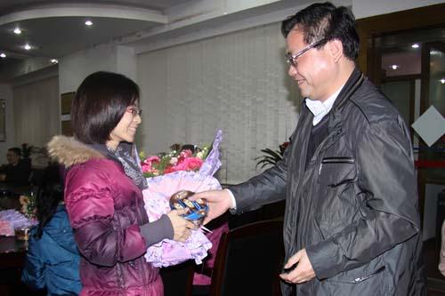 廣西玉港高速公路有限公司三八婦女節開展慰問職女工活動