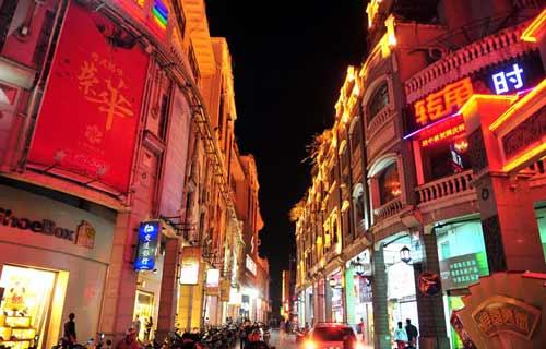 """夜幕下的""""中國騎樓博物城"""""""