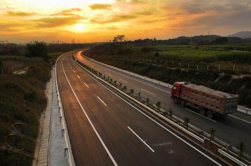 廣西十萬大山地區首條高速公路正式通車