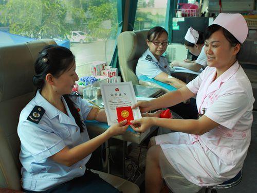 百色市國稅局黨員踴躍參加無償獻血主題黨日活動