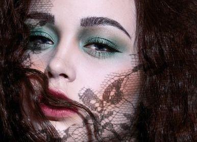 色彩笼罩:夸张妆容 更梦幻
